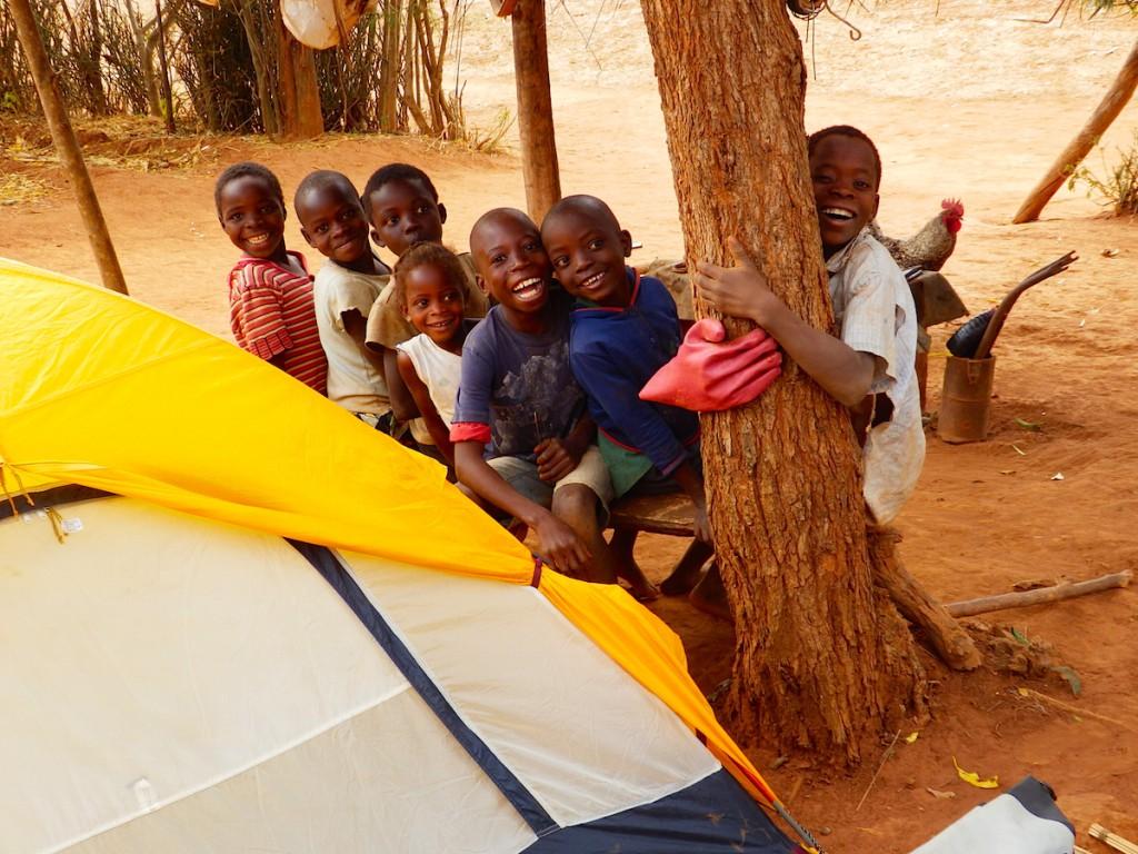 一晩テントを張らせてもらったおうちの子供たち+近所の子供たち
